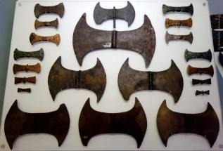Διπλοί πέλεκεις από το σπήλαιο Αρκαλοχοωρίου. Μουσείο Ηρακλείου.