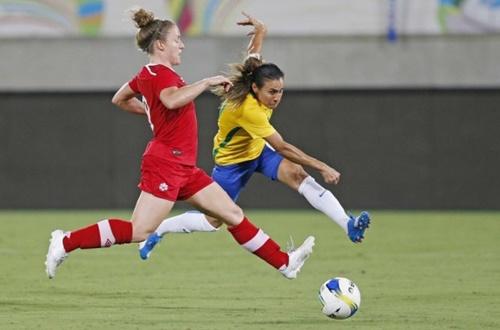 Marta fez os dois gols brasileiros na vitória diante do Canadá (Foto: Divulgação)
