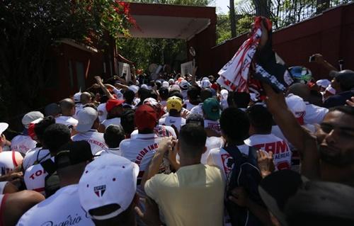 Momento da invasão da torcida organizada no CT do São Paulo (Foto: globoesporte.globo.com)