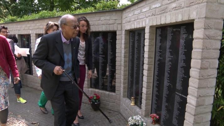 DVK still 1 Daan Cordus bij gedenkmuur Bronbeek