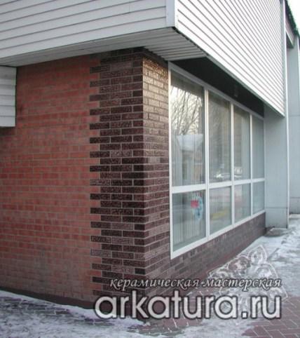 Фасад из глазурованного коричневого кирпича