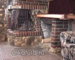 Камин из глазурованного коричневого кирпича со вставками из природного камня