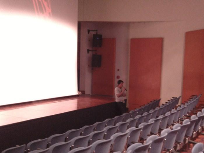 Akbar Yumni, Kurator Program, memberikan pengantar sebelum filem ditayangkan.