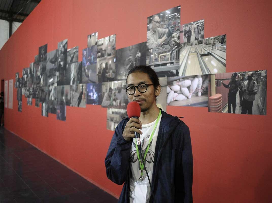 Afrian Purnama, asisten kurator Kultursinema #3: Menangkap Cahaya, memberikan menjelaskan ide kuratorial pameran. / Afrian Purnama, the assistant curator of Kultursinema #3, explained the curatorial concept of the exhibition.