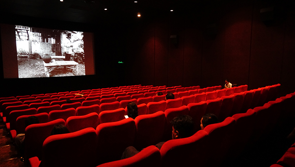 Suasana saat filem A Lullaby to the Sorrowful Mystery akan diputar. / An atmosphere shortly befor the film began.