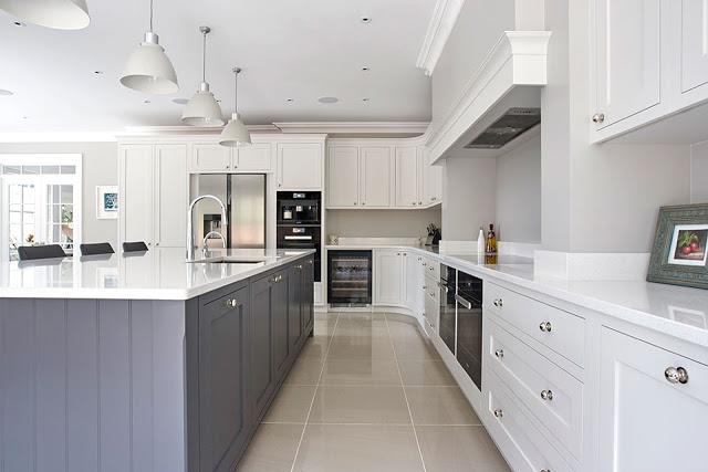 Muebles de cocina a medida cubiertas en piedra y puertas for Muebles joan i mari igualada