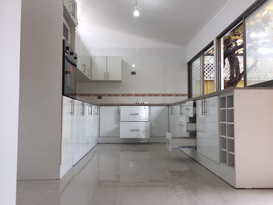 Muebles de Cocina a medida cubiertas en Piedra y puertas en ...