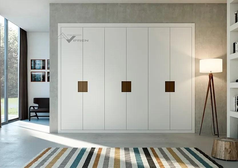 Armarios de puertas abatibles lacadas en blanco y espejo