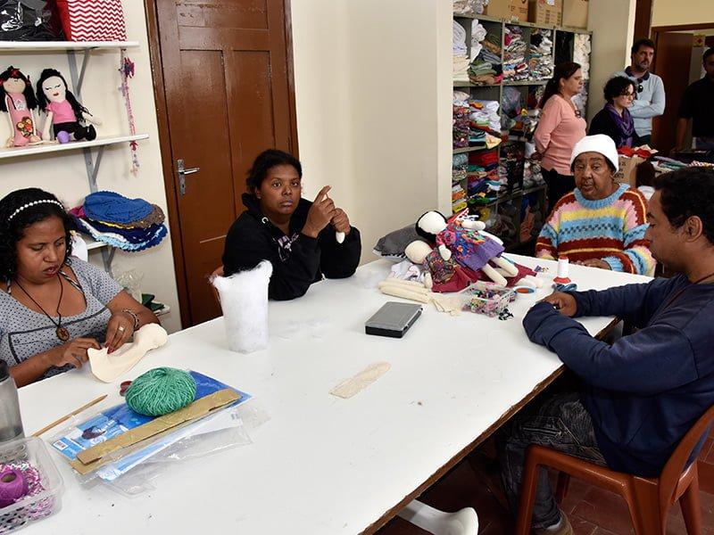 Singer realiza doação de máquinas de costura
