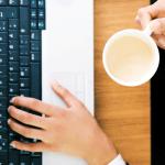 Kaffe und Laptop