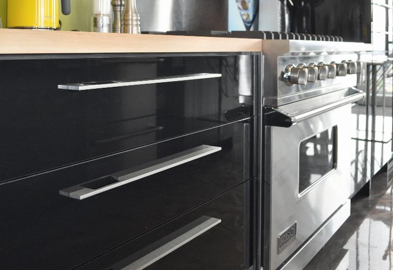cuisine en poly thyl ne noir lustr comptoir rable. Black Bedroom Furniture Sets. Home Design Ideas