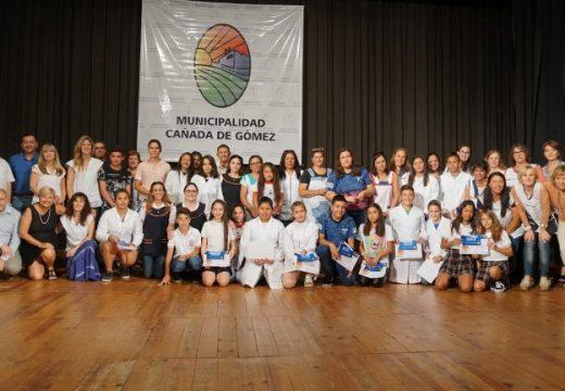 Cañada de Gomez. Reconocimiento de la gestión municipal para alumnos destacados.