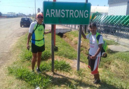 Pasó por Armstrong Martín Ríos, el joven que camina por una causa solidaria.