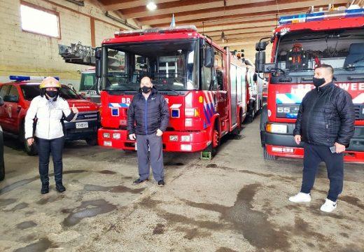 La intendenta Clerici junto a bomberos recibieron la nueva unidad.