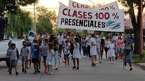 Armstrong. Se realizó el Aplauso Solidario pidiendo el 100% de presencialidad en las aulas.