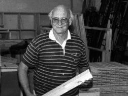 Stifter og tidligere tømrermester Arne Danielsen er sovet stille ind