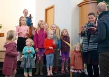Sunnudagaskólakrakkarnir syngja