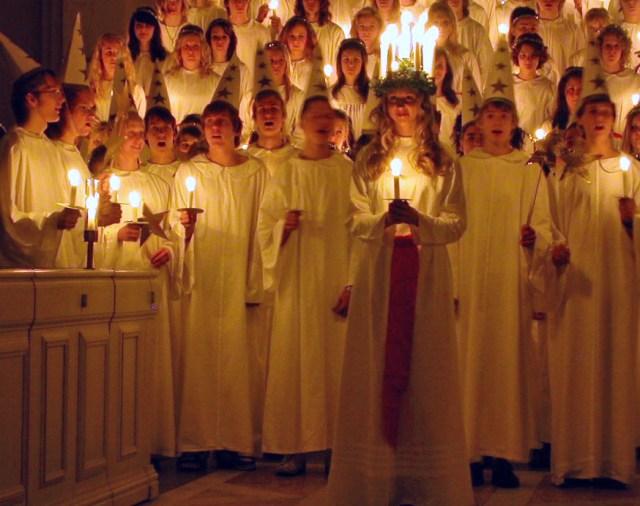 Haldið upp á Lúsíudaginn í sænskri kirkju.