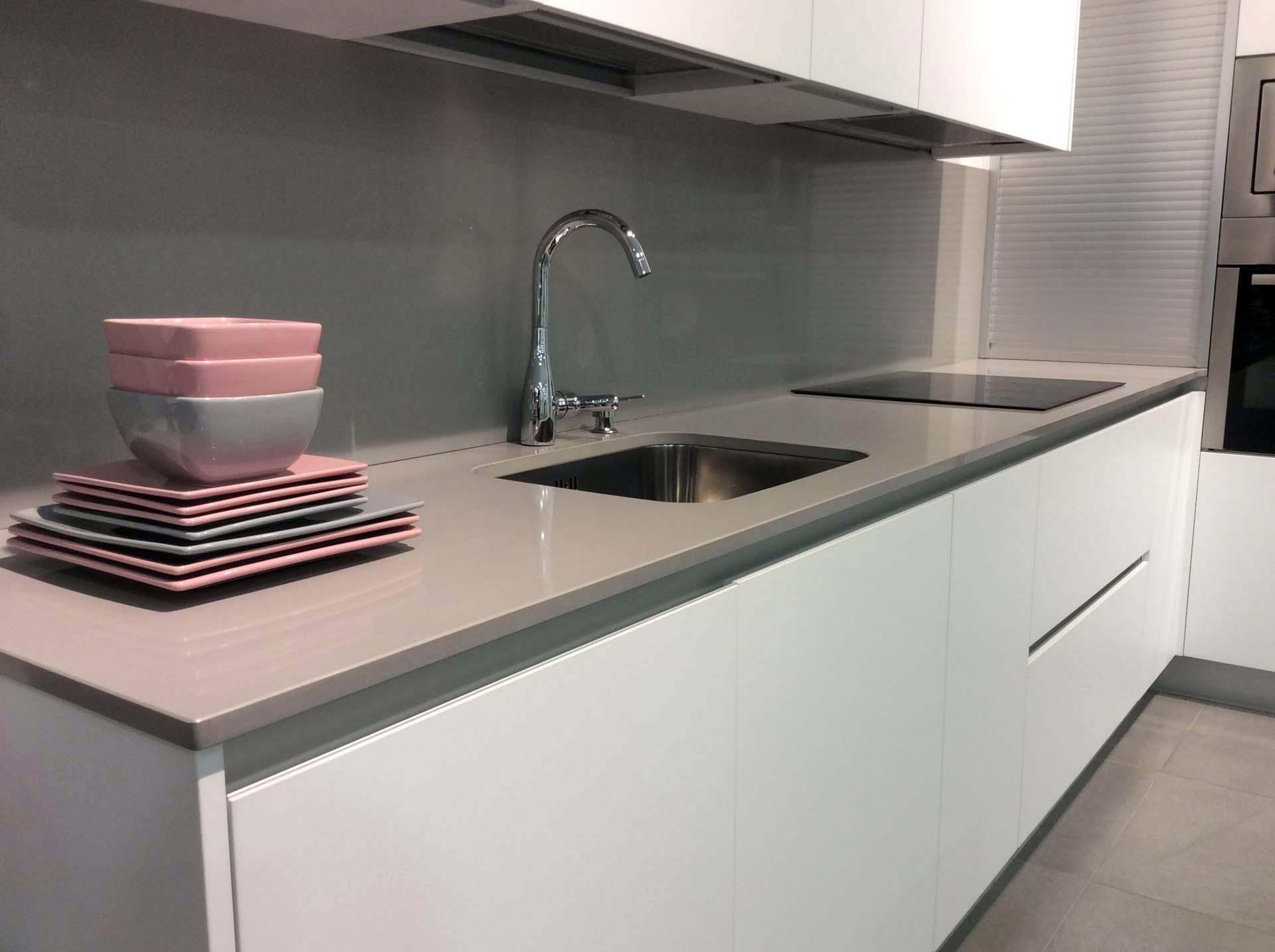 Cocina blanca con gola de aluminio mate  Arnit