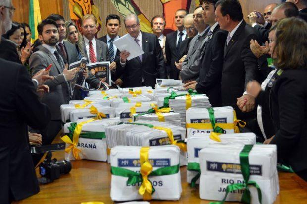Brasília - O presidente da Câmara dos Deputados, Eduardo Cunha, recebe mais de 2 milhões de assinaturas em apoio à campanha 10 Medidas contra a Corrupção (Fabio Rodrigues Pozzebom/Agência Brasil)