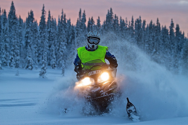 Speed - mit dem Schneemobil bei Vollgas über einen verschneiten See