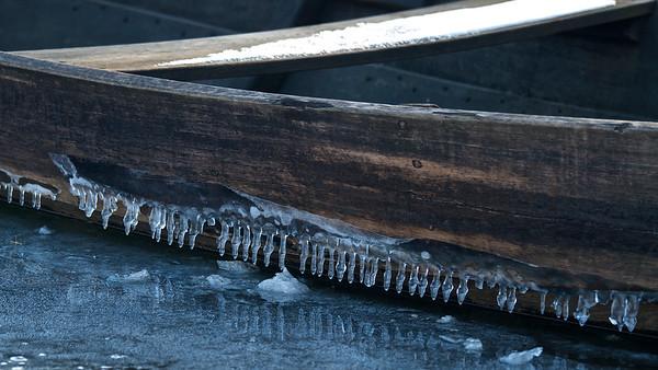 Eiszapfen an einem alten Fischerkahn am Fermasee, Rheinstetten.