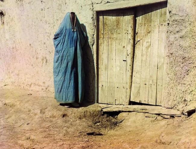 Uzbecka kobieta w stroju zakrywającym całe ciało