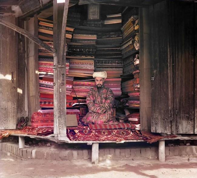 Samarkanda. Sklep z tkaninami i dywanami na rynku