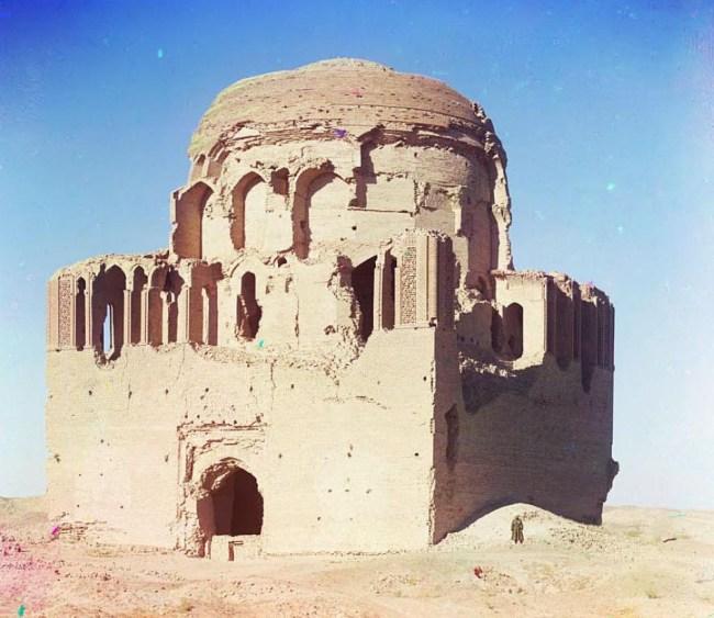 Ruiny niezidentyfikowanego ogromnego meczetu