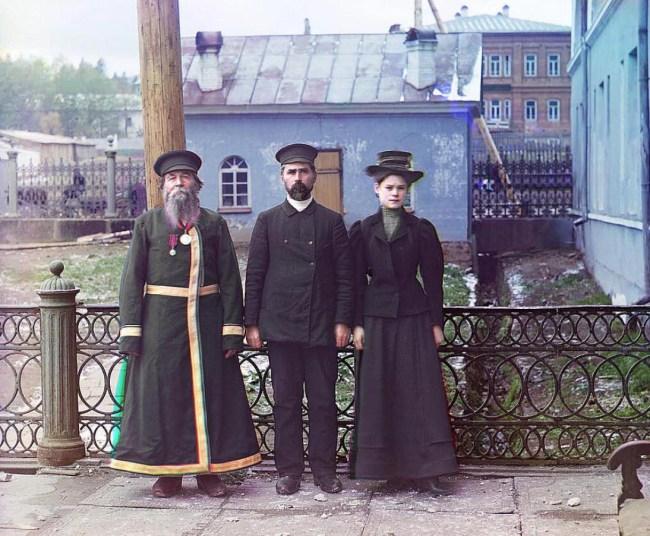 Miasto Złatoust koło Czelabińska na Uralu.A.P. Kałganow z synem i wnuczką