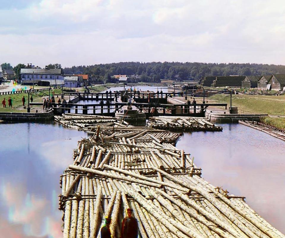 Spław rzeką drewnianych bali