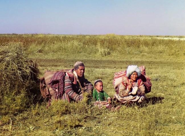 Kazachska rodzina wypoczywa na stepie