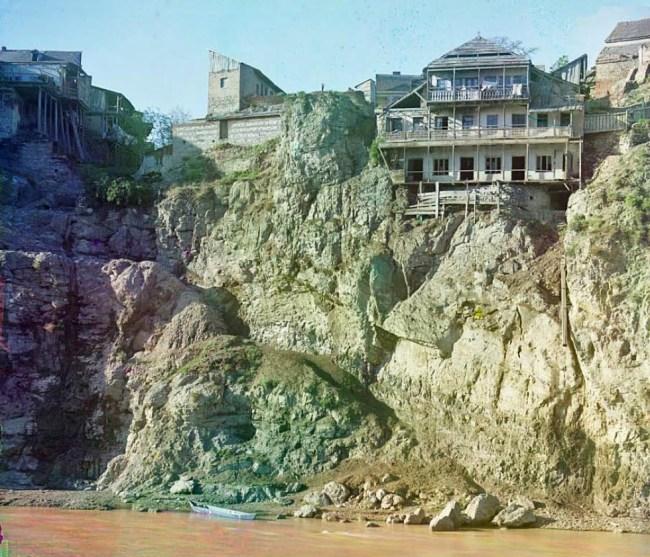 Stary dom na lewym brzegu rzeki Kura (Gruzja)