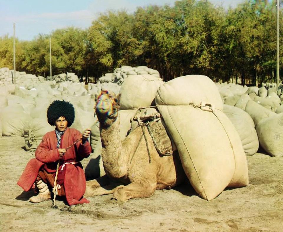 Turkmen ze swoim wielbłądem