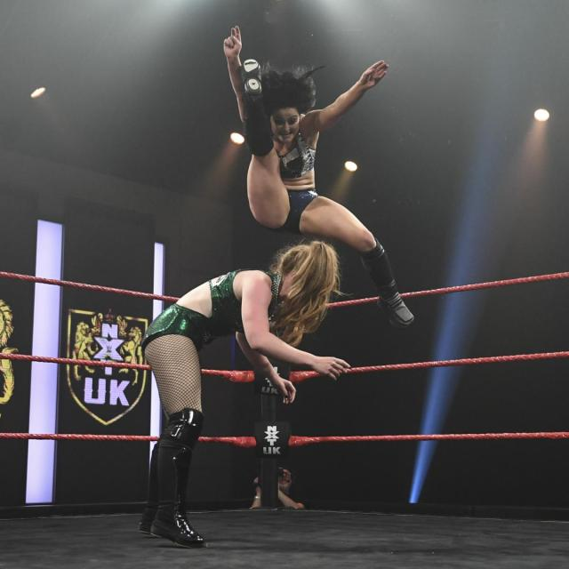 Aoife Valkyrie drops a leg on Isla Dawn from the top