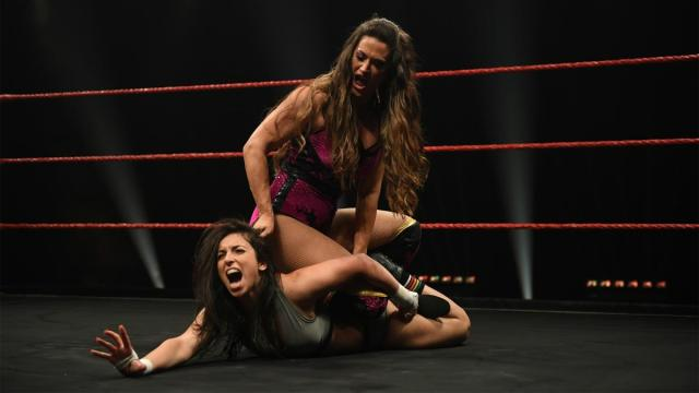 Nina Samuels attempts to submit Laura Di Matteo