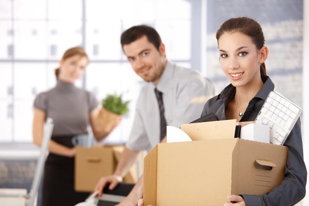 Firmenumzug - Mitarbeiter einer Firma beim Umzug