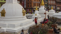 Bidden bij Boudhanath Tempel
