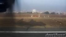 Schaduw van het vliegtuig bij de landing