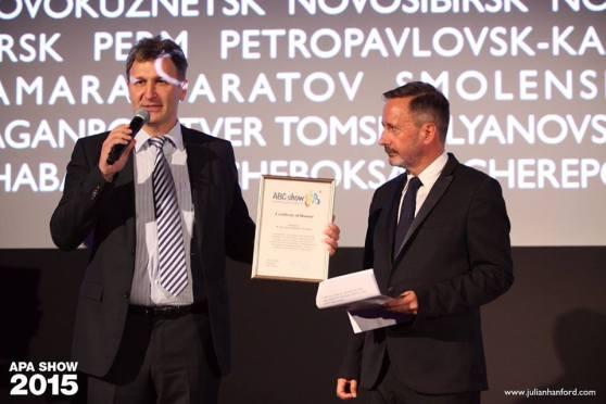 Иван Чурилин вручает Стиву Дэвису Certificate of Honour
