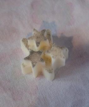 Piccoli panetti vegetali con glitter, fragranza Magnolia. Prezzo: 3 euro.