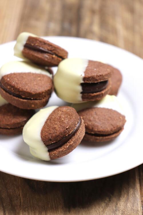 Recept na cukroví z kakaového lineckého těsta s čokoládou dvou barev s mátovou esencí (esenciální oleje v kuchyni)