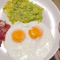 Ovos estrelados com pasta de abacate
