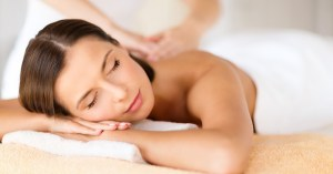 アロママッサージを受けている女性の画像です。アロマオイルの香りを心地よく感じている表情が読み取れます。
