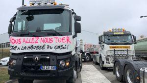 Ce lundi en Haute-Savoie, une cinquantaine de routiers ont mené une opération escargot entre Ville-la-Grand et l'agglomération d'Annecy pour dénoncer la hausse du prix des carburants. © Radio France - Richard Vivion