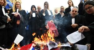Avocats brûlant des codes civils
