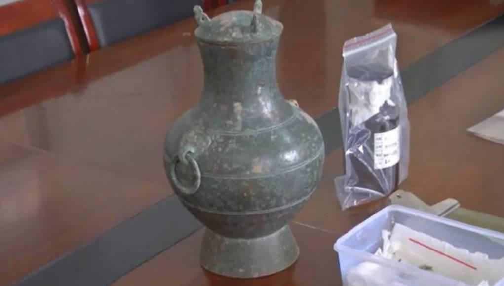 Le soi-disant «élixir d'immortalité» et le pot de bronze dans lequel il a était trouvés.