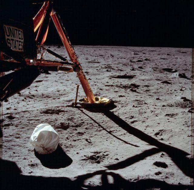 Un sac à jets gisant sous le module lunaire Apollo en 1969.