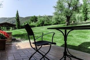 agriturismo_valle_di_vico_caprarola_giardino_tavolo