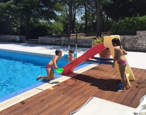 bambini in piscina al Trullallegro